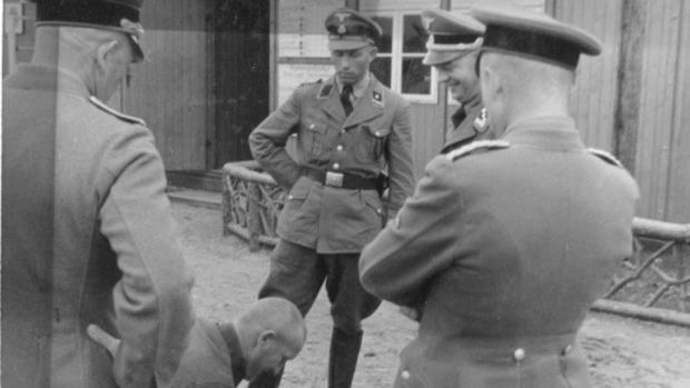 Un grupo de soldados nazis ante un prisionero arrodillado en Sachsenhausen