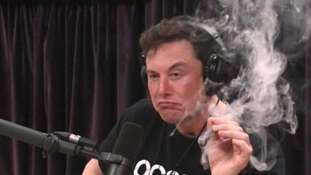 Elon Musk durante la entrevista fumando marihuana