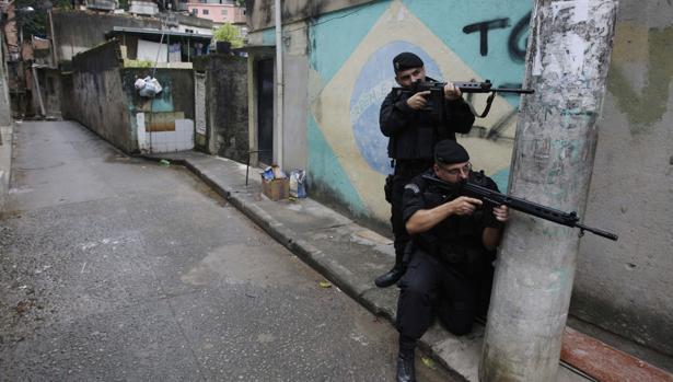 Dos policías brasleños, en una operación contra la droga en una favela de Río de Janeiro