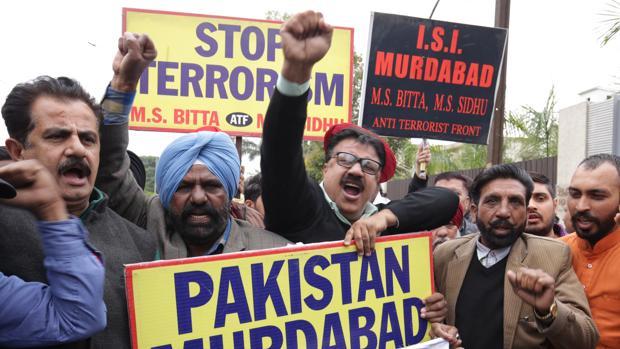 Un grupo de manifestantes indios grita consignas contra Pakistán por el ataque en Cachemira