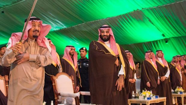 El Rey Salman (izquierda) y su hijo el Príncipe Heredero, Mohamed bin Salman, el pasado año