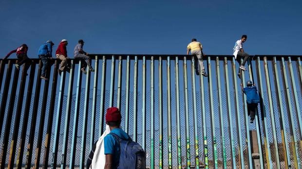 Inmigrantes intentan cruzar la frontera en el estado de Tijana (México)
