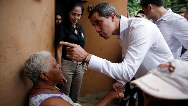El presidente interino de Venezuela charla con una vecina de la localidad de Cúa