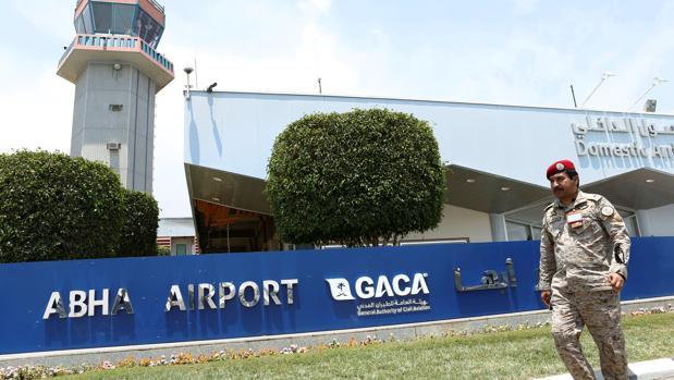 Un guardia de seguridad vigila el perímetro del Aeropuerto Internacional de Abha, atacado la semana pasada