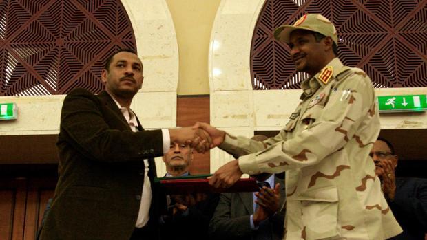 El vicepresidente del Consejo Militar Transitorio, Mohamed Hamdan Dagalo, Hemedti, y el líder de la opositora Alianza para la Libertad y el Cambio, Ahmad al-Rabiah, tras la firma del acuerdo
