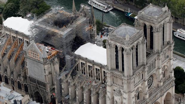 Vista aérea del techo dañado de Notre Dame, durante los trabajos de restauración