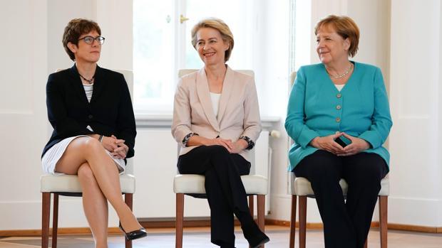 AKK (izquierda), Von der Leyen (centro) y Merkel (Derecha)