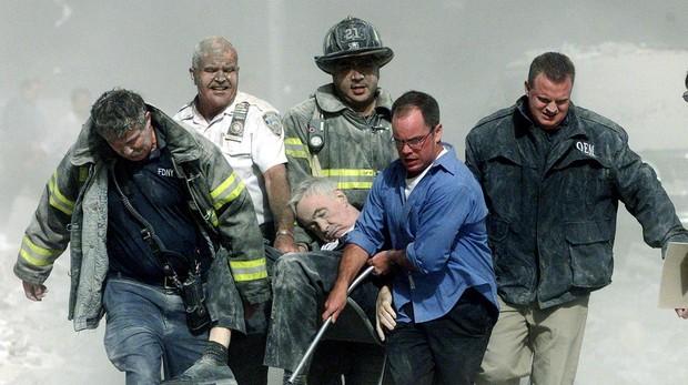 Bomberos y personal de rescate evacuan a uno de los heridos en las Torres Gemelas, el 11 de septiembre de 2001