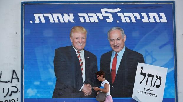Un cartel de campaña en el que Netanyahu aparece saludando al presidente de EE.UU., Donald Trump