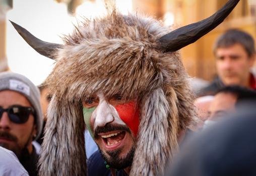 Uno de los participantes en las protestas en Roma contra las restricciones por el Covid
