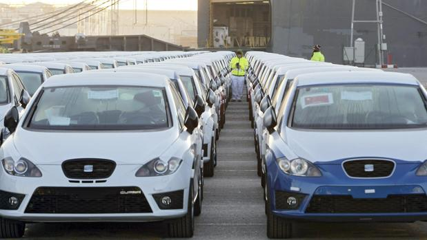 Varios coches de SEAT, aparcados en el puerto de Barcelona (España) antes de ser enviados a China