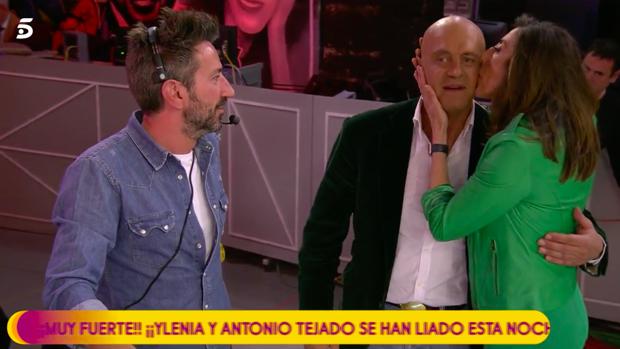 Paz Padilla besa a Kiko Matamoros en 'Sálvame'.