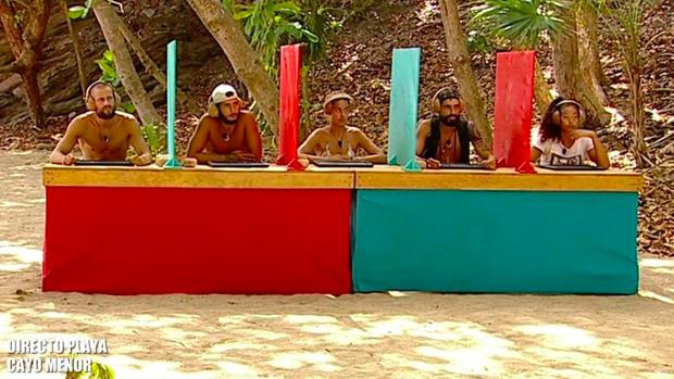 Concursantes de 'Supervivientes' haciendo el test de cultura.