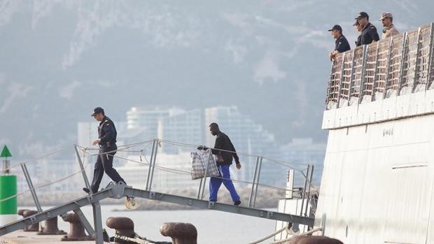 Los inmigrantes del 'Open Arms' llegaron a San Roque a bordo del Audaz y de allí fueron trasladados a Chiclana.