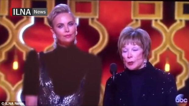 Irán cubre el cuerpo de Charlize Theron en los Oscar. En la imagen, junto a Shirley McLaine