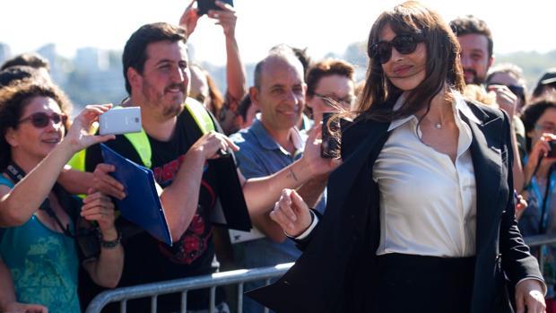 La actriz se fotografía junto a los seguidores en el Festival de San Sebastián