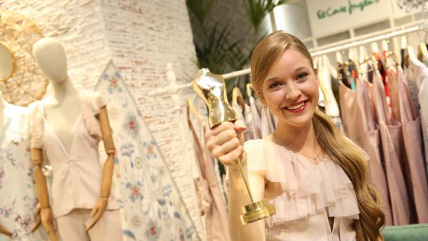 Alicia posa con el trofeo del concurso