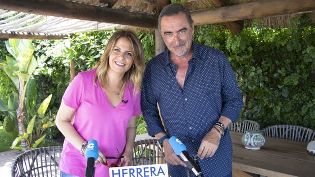 Pilar García Muñiz, junto a Carlos Herrera
