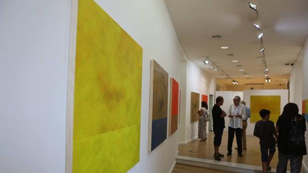 Visitantes en la exposición de Jaime Sicilia