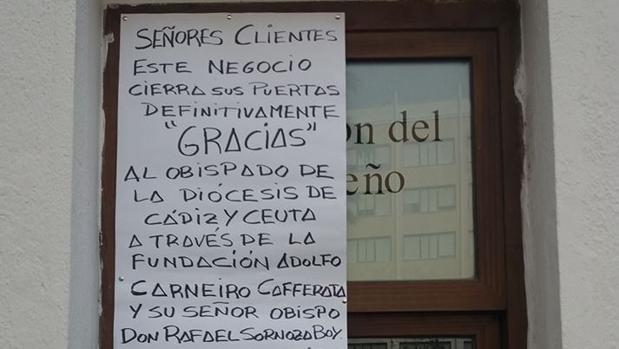 Cartel que ha colocado Madueño en la fachada de su taberna.