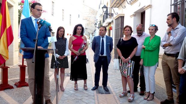 Familiares y autoridades municipales durante el acto de homenaje en la calle Monjas
