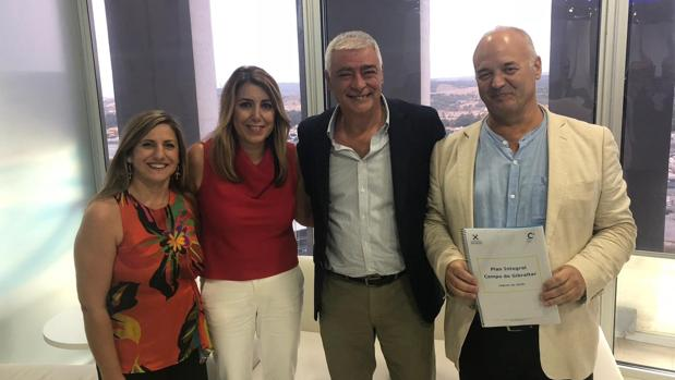 Las coordinadoras contra la droga y las presidenta de la Junta y Diputación de Cádiz tras la reunión mantenida este lunes.