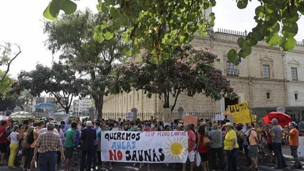 Una reciente protesta de padres contra las altas temperaturas en los colegios