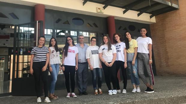 Las alumnas premiadas juntos al profesor a las puertas del institutoLa Campiña
