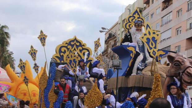Carrozas De Reyes Magos Fotos.La Cabalgata De Reyes Magos De Cadiz Repartira 10 000 Kilos