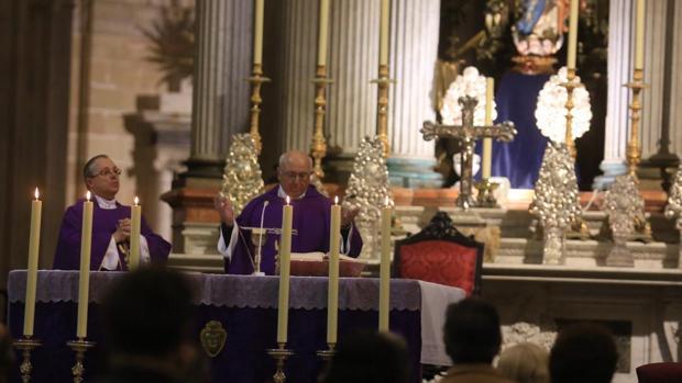 La misa estuvo presidida por el canónigo BalbinoReguera.