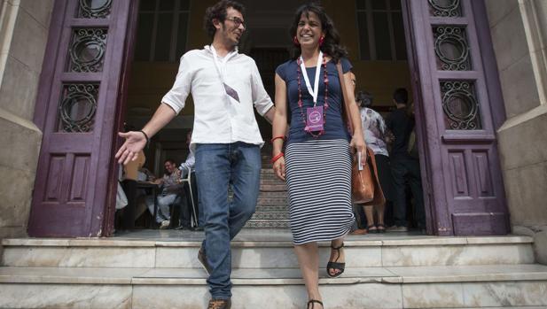 El alcalde de la ciudad, junto con su pareja y líder de Podemos en Andalucía.
