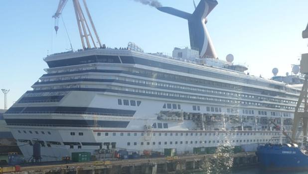 Imagen del crucero 'Triumph', de Carnival, en el dique cuatro del astillero de Cádiz