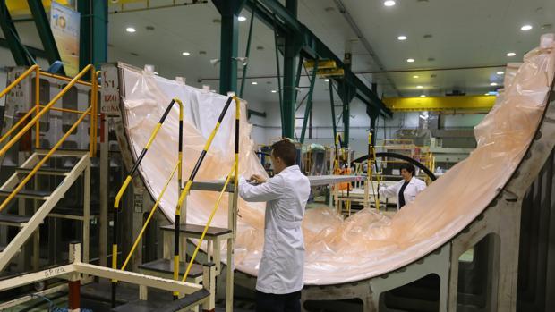 Fabricación de los cubremotores o 'fan cowl' en la planta de Airbus (CBC) de El Puerto
