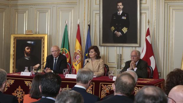Augusto Santos Silva, Carmen Calvo y José Álvarez Junco durante la presentación de los actos en Madrid.