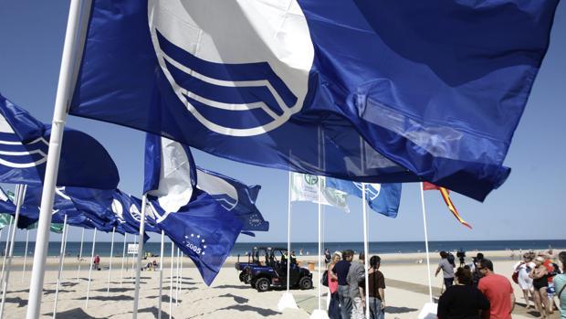 Las banderas azules en las playas de Cáduz.