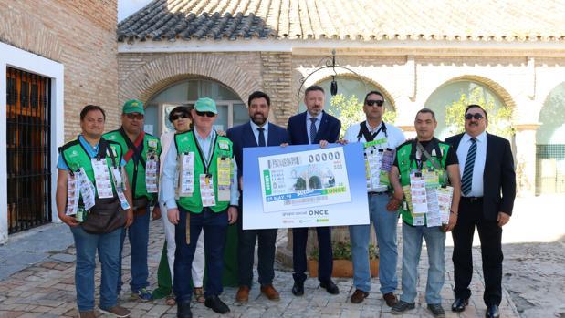 El alcalde de Lora, el delegado de la ONCE en Andalucía, la directora de la organización en Lora y los cuponeros locales