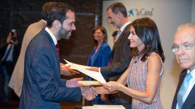 Javier Moreno Rivero recibe de mano de la reina Leticia su beca de posgrado en el extranjero.