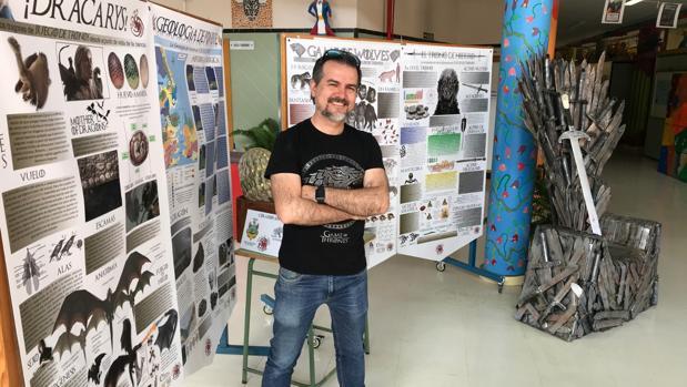 Carlos Lobato delante de la exposición que sus alumnos han organizado en torno a la serie «Juego de Tronos»