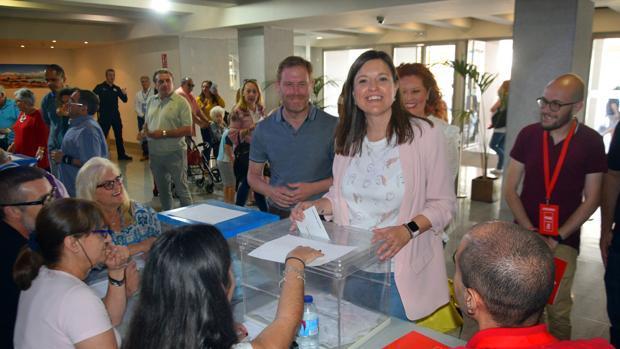 Patricia Cavada vota durante la jornada electoral del 26-M.