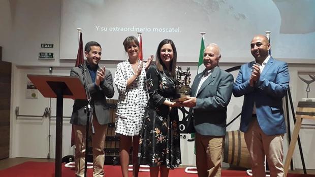 Entrega del galardón a la alcaldesa isleña, Patricia Cavada.