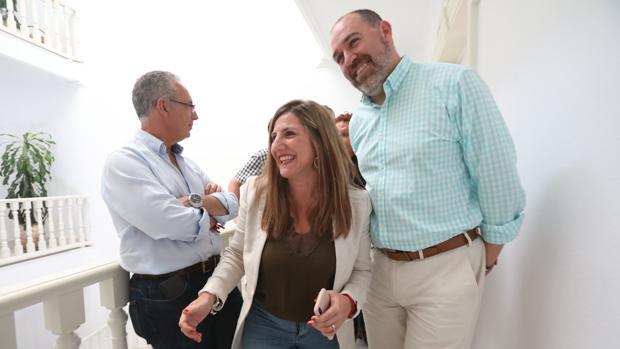 Irene García recibe la felicitación de sus compañeros en la reunión de Ejecitiva de este lunes