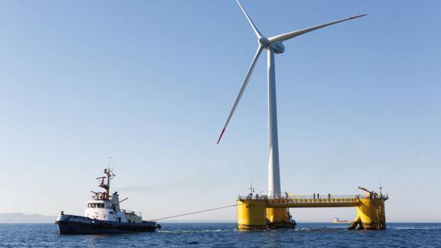 Plataforma flotante que soporta a un molino de viento en un campo eólico-marino