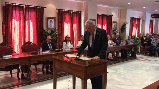 Luis Mario Aparcero promete su cargo como alcalde.