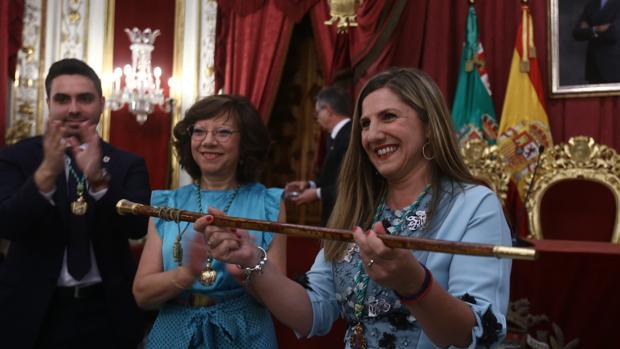 Irene García recibe el bastón de mando de la Diputación Provincial de Cádiz.