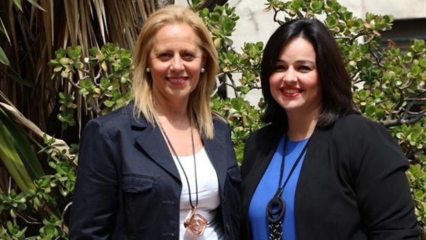 Lola Romero (izquierda) junto a la presidenta del PP de Sevilla, Virginia Pérez