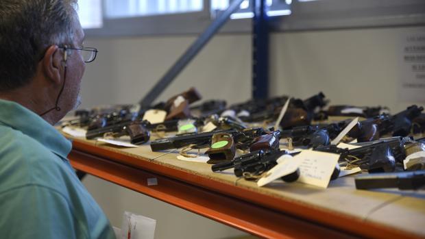 Armas cortas en exposición antes de ser sacadas a subasta pública