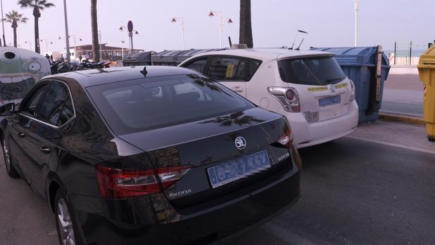 Un vehículo de Uber, junto a un taxi en el Paseo Marítimo.