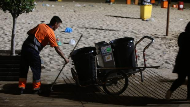 Operario de limpieza en una playa de Cádiz.