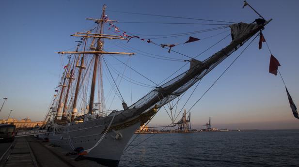 Imagen del buque Elcano atracado en el puerto de Cádiz
