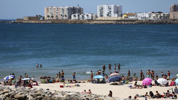 Bañistas disfrutando de la playa en Cádiz